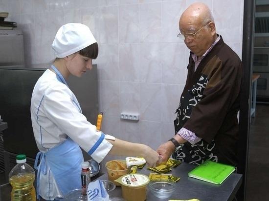 Сахалинских студентов знакомили с кухней Японии